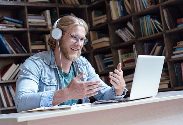 student-mit-Kopfhörer